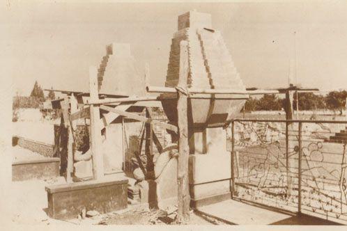 Foto berlatar tahun 1975 itu menggambarkan bagian pintu masuk depan TMP Jombang.