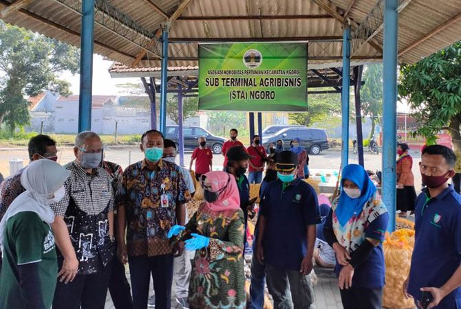 Hj Mundjidah Wahab bersama Priadi Kepala Disperta Jombang meninjau Sub terminal agro bisnis di Ngoro.