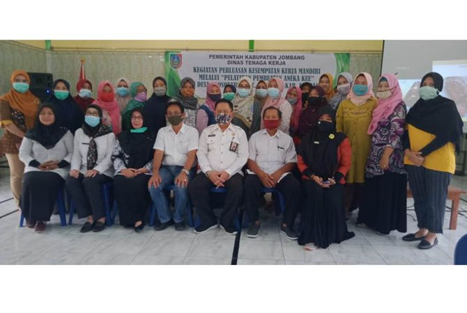 Foto bersama Purwanto Kepala Disnaker dan peserta yang ikut pelatihan.