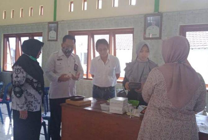 Purwanto, kepala Dinas Tenaga Kerja saat melihat praktik pembuatan kue.