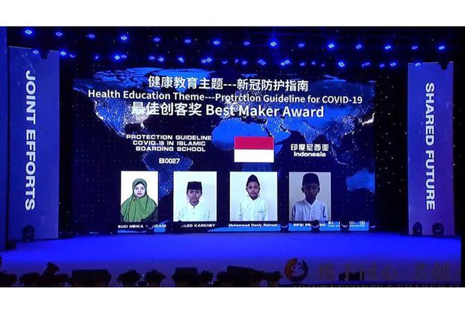 Siswa SMP Darul Ulum 1 Unggulan Jombang menerima penghargaan secara virtual.