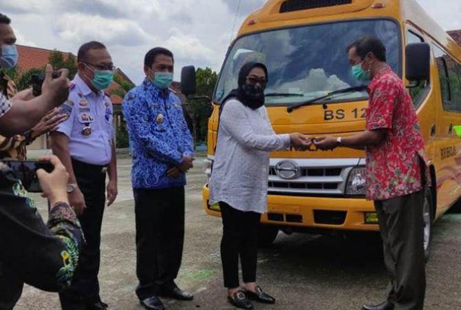 KOMPAK: Jajaran guru SMAN Bareng foto bersama dengan Wabup Sumrambah dan anggota DPR RI Sadarestuwati pada penyerahaan kunci mobil operasional sekolah.