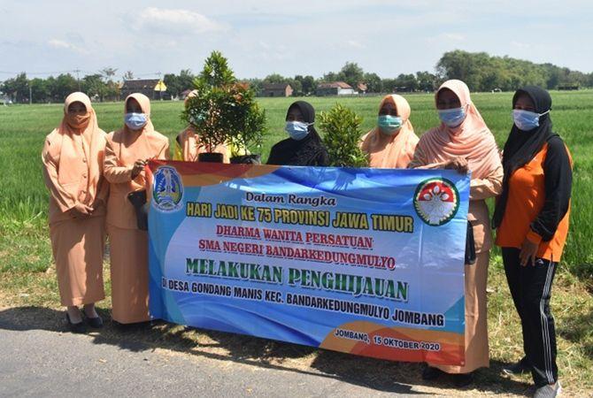Penanaman 6.300 pohon secara simbolis oleh DWP SMAN Bandarkedungmulyo.