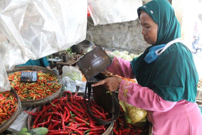 NAIK TAJAM: Harga cabai di pasar Pon Jombang tembus angka Rp 80 ribu/kilogram kemarin.