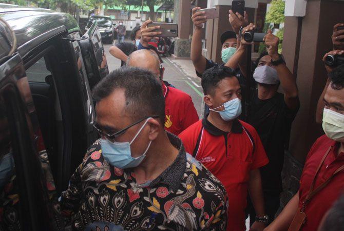 DITAHAN: Tito Kadar Isman saat akan dibawa ke Lapas Jombang dengan mobil tahanan kejaksaan (8/1) kemarin.
