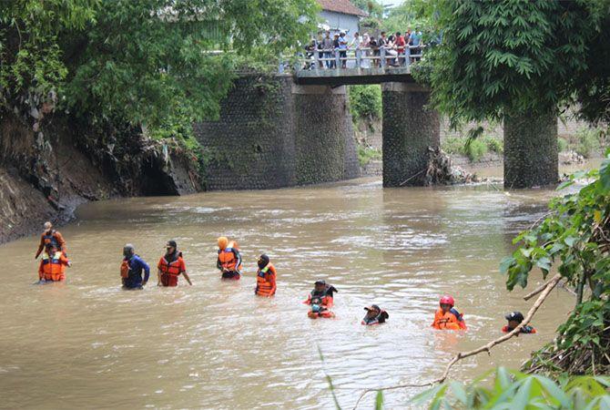 SISIR SUNGAI: Tim gabungan Basarnas, BPBD dan relawan semar menyisir sungai di Desa Karobelah, Kecamatan Mojoagung kemarin.