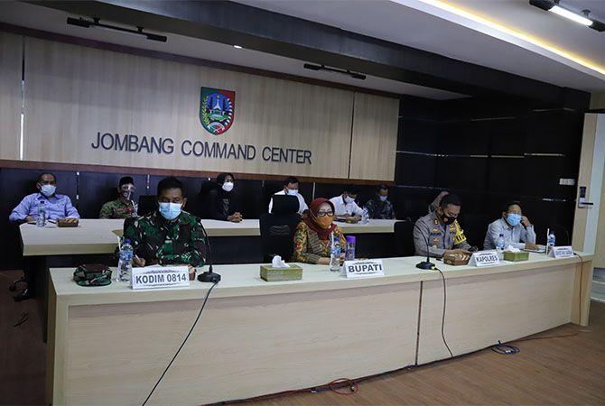 SERIUS: Bupati Hj Mundjidah Wahab saat rapat koordinasi pelaksanaan vaksinasi Covid-19 di JCC Pemkab Jombang, Jumat (8/1).