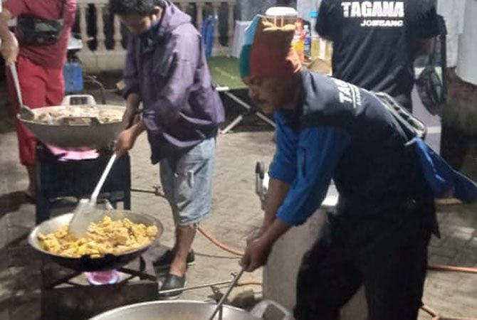 UNTUK WARGA: Sejumlah relawan Tagana memasak di dapur umum untuk kebutuhan makan warga.