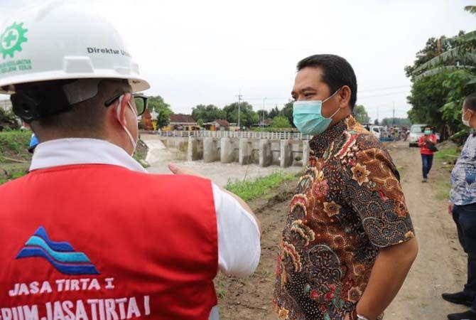 SIDAK: Wabup Sumrambah saat mengecek lokasi banjir, kemarin.