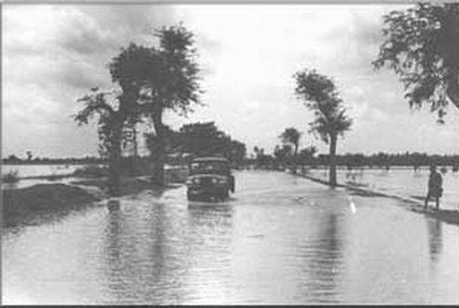 Kondisi Jalan Nasional di Kecamatan Bandarkedungmulyo pada saat tergenang banjir di tahun 1963.