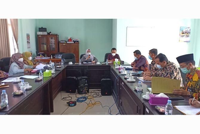 Komisi D DPRD Jombang rapat dengar pendapat alias Hearing secara maraton dengan Dinas Pendidikan dan Kebudayaan (P&K) serta Dinas Sosial Jombang.