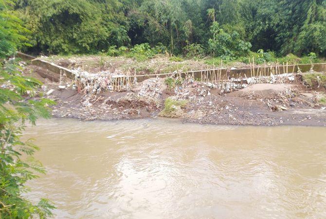 Kerusakan tanggul parapet di Desa Wringinpitu, Kecamatan Mojowarno.