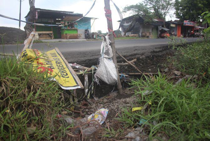 BERBAHAYA: Bahu jalan provinsi di Kecamatan Ploso ini rusak setelah tergerus air.