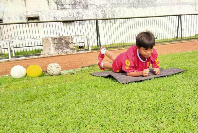 Pamain dar sekolah Sepak Bola (SSB) Bintang Muda saat lakukan pemanasan.