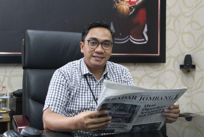 HOBI BACA: Pinca BRI Kanca Jombang Luthfi Riza Hartawan hobi membaca koran.
