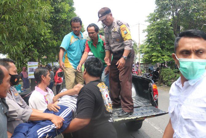 EVAKUASI: Warga saat mengevakuasi korban kecelakaan melibatkan pelajar dan emak-emak, kemarin.