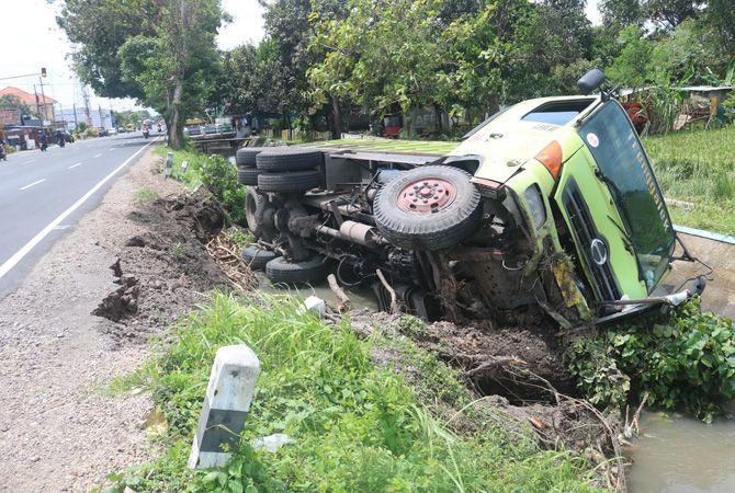 NYEBUR: Kondisi bangkai truk tronton yang tercebur sungai di wilayah Kecamatan Perak Jumat (2/4) kemarin.