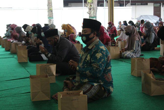 SOSIALISASI: Bupati Jombang Hj Mundjidah Wahab saat kegiatan sosialisasi program insentif bagi para hufaz di Pendapa Kabupaten Jombang, kemarin.