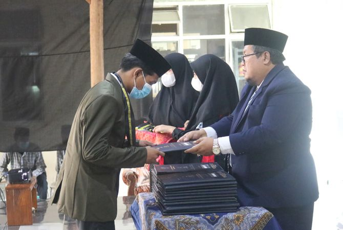 SELAMAT: Prosesi wisuda SMK Plus Khoiriyah Hasyim berjalan khidmat, kemarin.