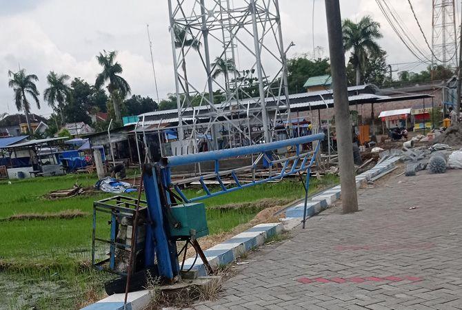 KIAN MARAK: Aktivitas pembangunan tower baru ditemukan di Dusun Kalianyar, Desa/Kecamatan Jogoroto. (7/4). Pergerjaan sudah berjalan dua pekan meski izin belum lengkap. Tidak ada penindakan dari petugas.