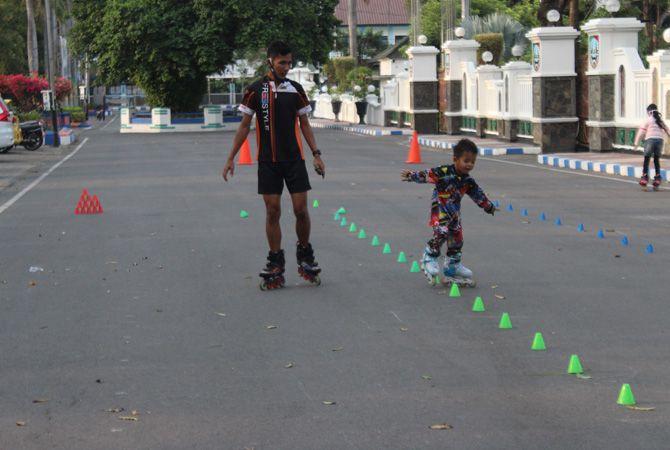 SEMANGAT: Atlet sepatu roda saat latihan di alun-alun Jombang