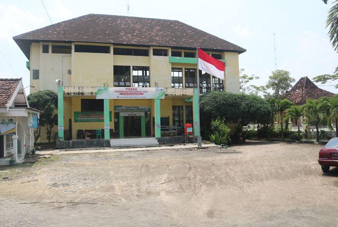 BERBUNTUT: Pembangunan Kantor Kecamatan Sumobito tak tuntas.