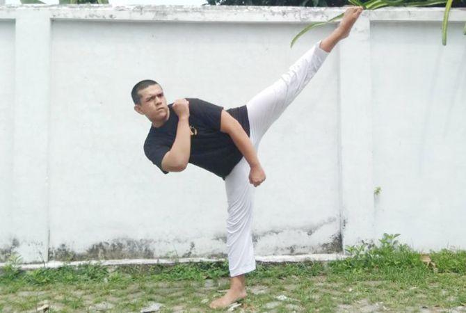 TENDANG: Luqman saat latihan di rumahnya Jalan Kapten Tendean Jombang, kemarin (30/4).
