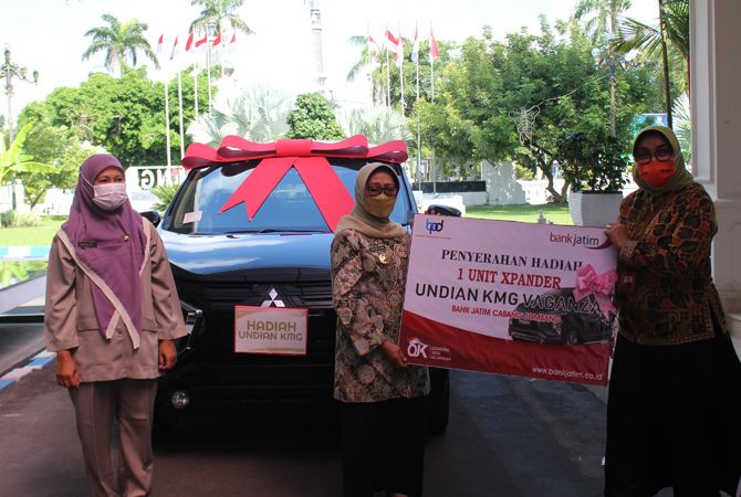Pimpinan Bank Jatim Cabang Jombang Soviatie menyerahkan hadiah satu unit mobil kepada Bupati Hj Mundjidah Wahab.
