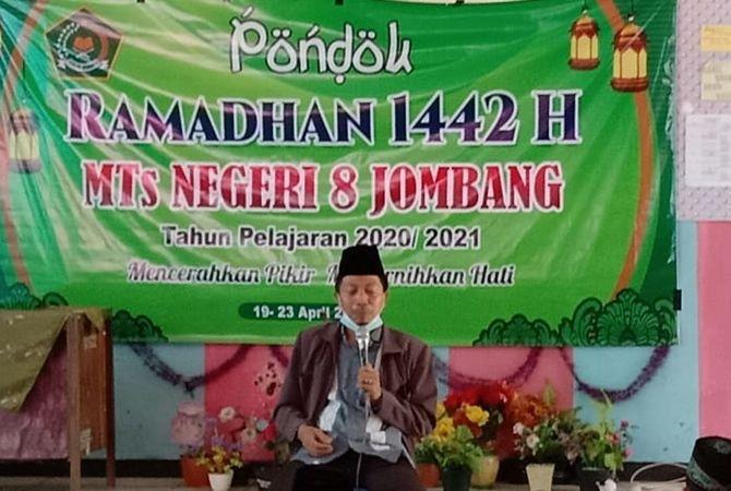 Guru yang mengisi materi pondok Ramadan.