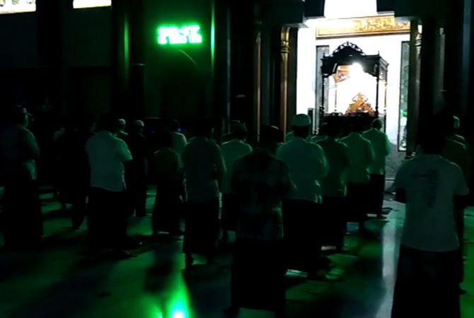 KUSYUK: Suasana salat malam lailatul qadar di Masjid Agung Baitul Mukminin