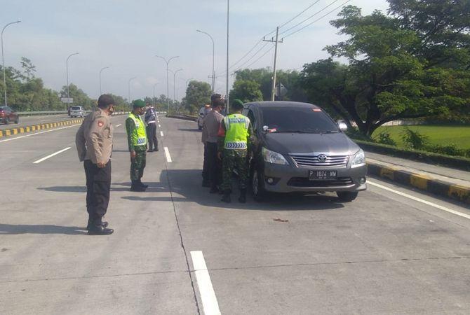 DIPERIKSA: Petugas gabungan melakukan pengecekan kendaraan yang melintas di Exit Tol Bandarkedungmulyo.