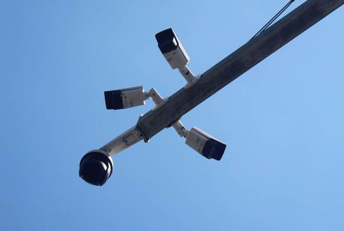 PEREMPATAN TUGU: Di Jl KH Wahid Hasyim ini pengendara yang melintas terpantau CCTV.