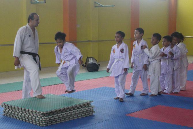 LOMPAT: Latihan Aditya Karate School di Dojo Mahameru Jombang, Februari lalu.
