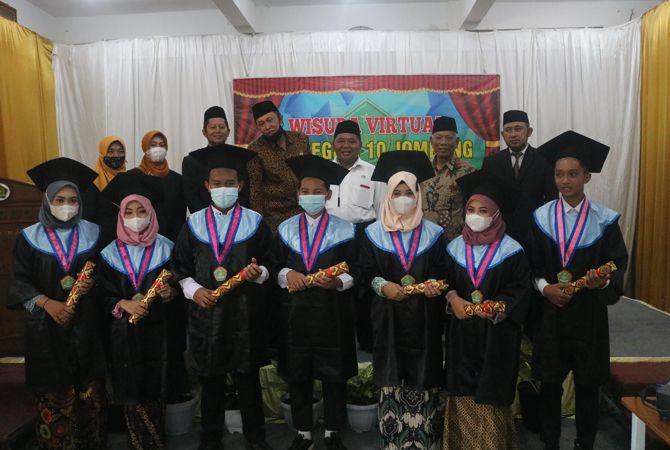 PERWAKILAN: Tujuh siswa yang mewakili wisudawan MTsN 10 bersama Kepala MTsN 10 Ahmadi Yasin, Ketua Komite Suudi Yatmo, Pengawas Darlis Warsito saat wisuda MTsN 10 (29/5).