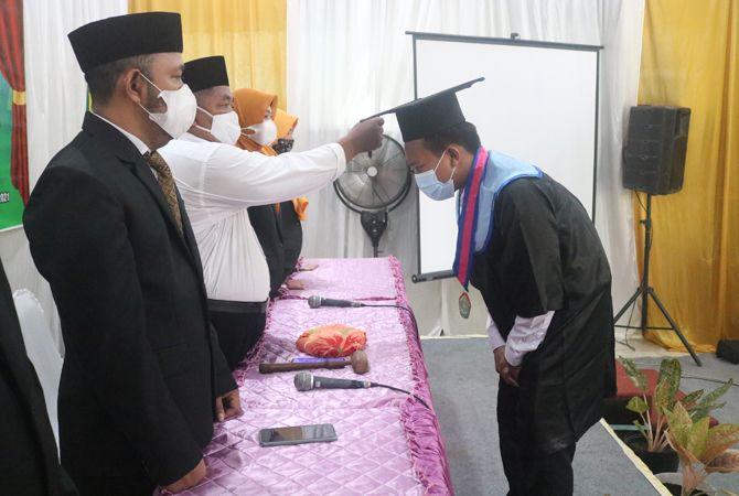 SIMBOLIS: Kepala MTsN 10 Ahmadi Yasin saat prosesi wisuda online.