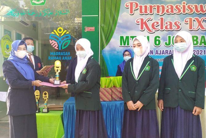APRESIASI: Kepala MTsN 6, Umi Mahmudah, memberikan penghargaan siswa berprestasi.