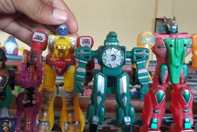 MENARIK: Koleksi mainan milik Hendra Koestanto di Jl Veteran, Desa Miagan, Kecamatan Mojoagung.