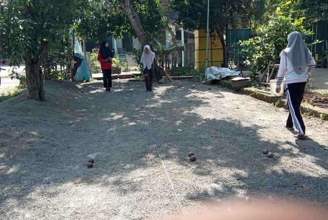LEMPAR: Atlet petanque Jombang yang latihan di betek Mojoagung kemarin (4/6).