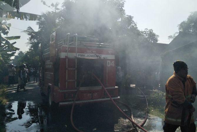 TAK BERSISA: Rumah dan toko sembako milik korban habis dilalap si jago merah.