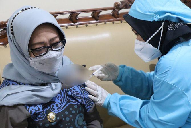 TELADAN: Bupati Hj Mundjidah saat vaksin kedua di Pendapa Pemkab Jombang, kemarin.