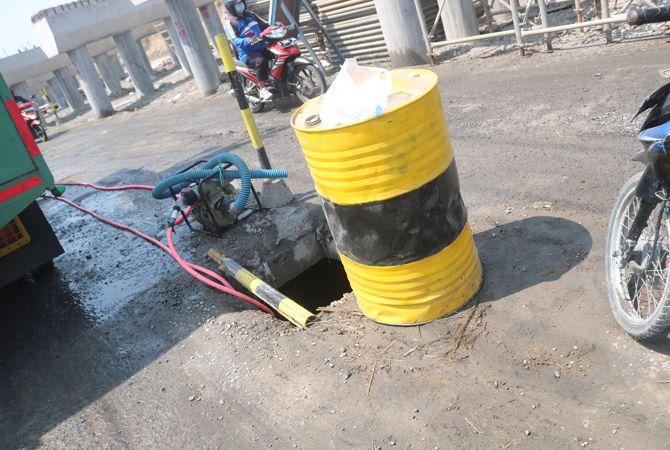 JEBOL: Kondisi salah satu bak kontrol di jalan Raya Ploso- Gedek jebol membahayakan pengguna jalan (9/6).