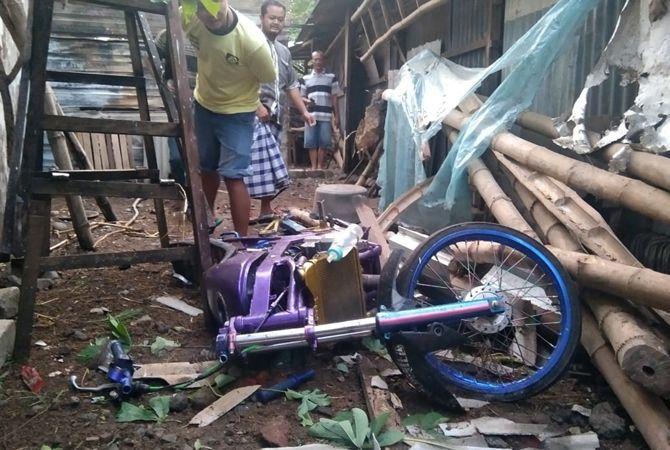 HANCUR: Sepeda motor ini hancur setelah terjatuh menimpa atap rumah.