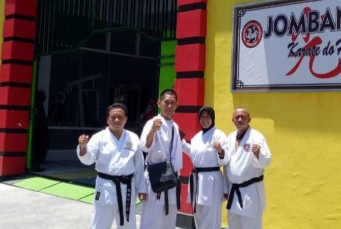 SEMANGAT: Kwat Prayitno bersama karateka senior Tri Suhadi, Nurhayati  dan Catur.