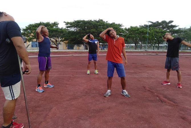 PEMANASAN: Matnur (kiri) saat latihan di lapangan Unesa, Selasa (13/7).