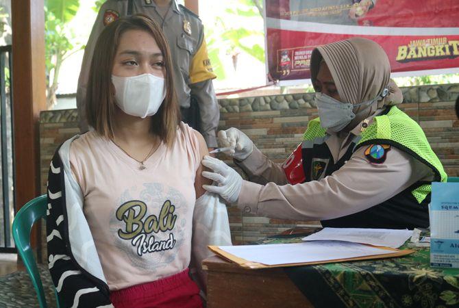 Percepat Vaksinasi,  Petugas di Jombang Blusukan ke Rumah-Rumah Warga