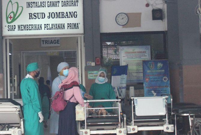 PEJUANG GARDA DEPAN: Sejumlah nakes di RSUD Jombang saat melayani pasein datang di IGD.