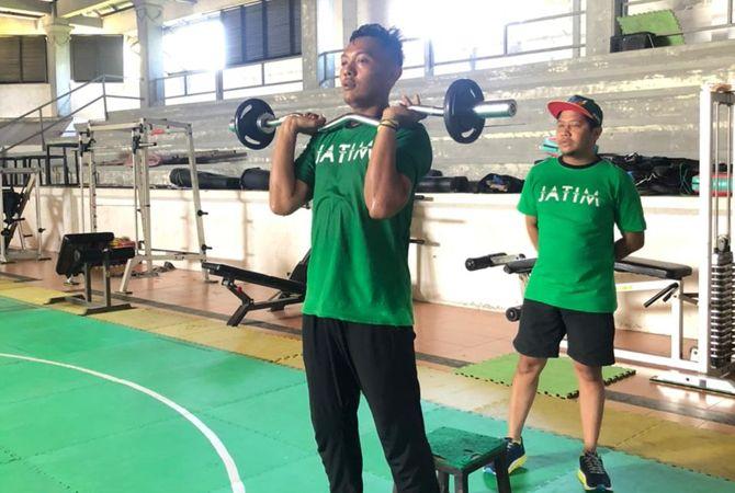 KERAS: Eko Febrianto saat menjalani latihan fisik di padepokan pencak silat Jawa Timur di Pasuruan