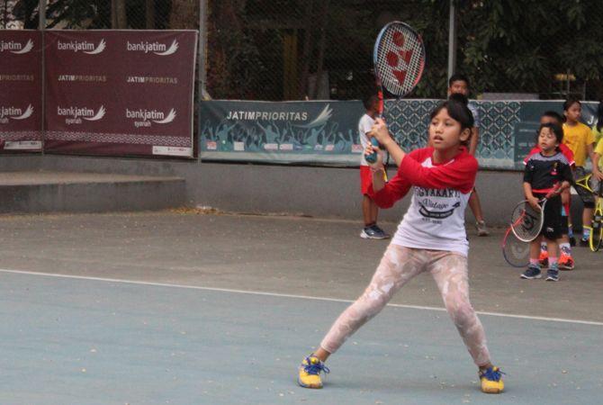 PUKUL: Petenis yunior saat latihan di Lapangan Tenis Kebonrojo Jombang, kemarin.