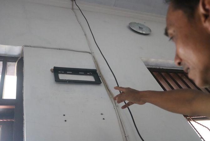 RAIB: Petugas kebersihan SDN Jabon I Jombang menunjukkan lokasi TV yang digondol maling.