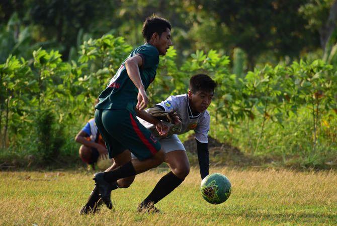 SERU: Pemain PSID (hijau) saat berebut bola dengan pemain Turipinggir FC dalam uji coba di lapangan Turipinggir Kecamatan Megaluh, Rabu (1/9).